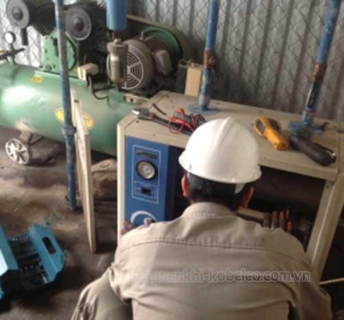 Nhân viên lành nghề đang sửa chữa máy nén khí