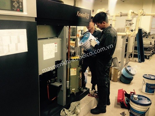Khi dùng máy nén khí trục vít có dầu Nhật như Kobelco, người dùng chú ý thay dầu định kỳ